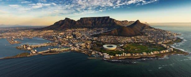 Das Panorama von Kapstadt ist ein Star auf jeder Postkarte. Was gibt es Beeindruckenderes als die Stadt am Fuße des Tafelberges? Foto: Fotolia.com ©Alex #152088085