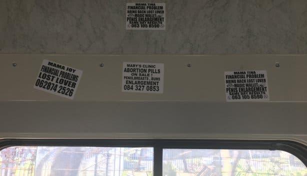 Rare teksten op stickers in de trein