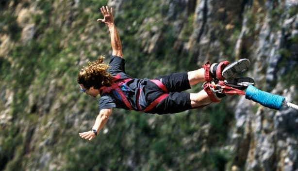 Backpackers bungeejump