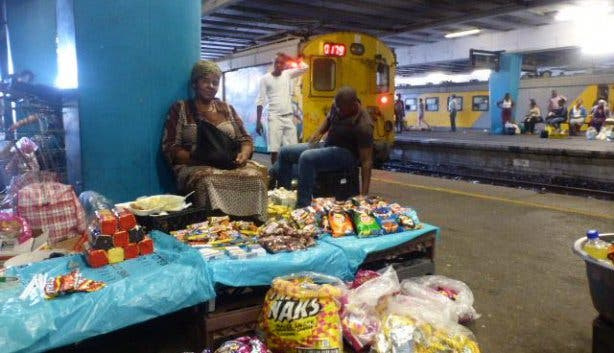 Frau Zugstation Verkäuferin Händlerin Train Station