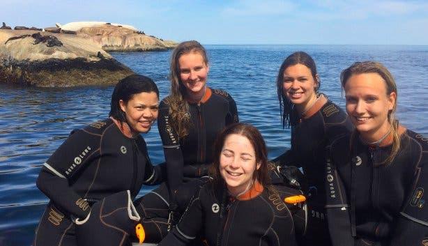 wetsuits aan en snorkelen met zeehonden