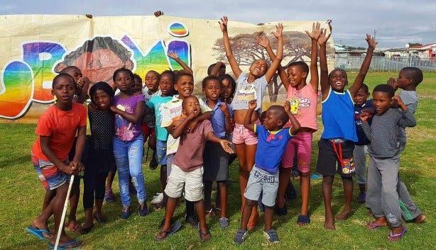 Kinder aus Gugulethu freuen sich über das zweite UBOMI-Haus
