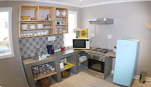 Kitchen in BIG backpacker in Green Point