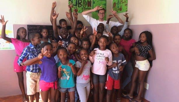 Die Khayelitsha-Kinder posieren mit Reporter Andy Hobi
