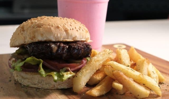 The_Roadhouse_Athlone_Cape_Town_burger